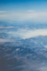 نحيلة في سن المراهقة يمشي عارية